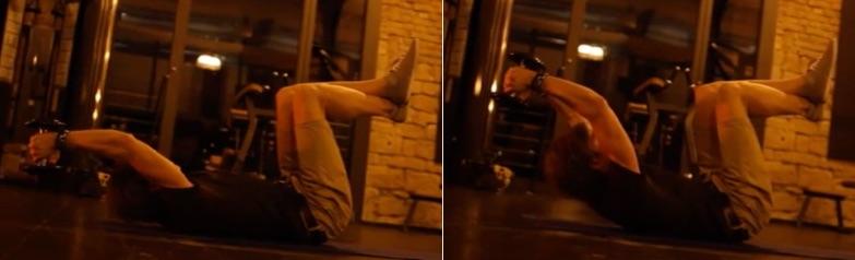 Bauchpresse: Foto von einem Mann bei der Ausgangsstellung und Endstellung einer Übung für den Bauch mit einer Kurzhantel in den Händen.