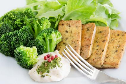 Eiweißprodukte: Foto von gegrilltem Tofu, Brokkoli und Salat.