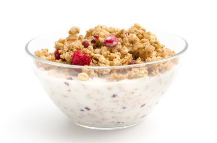 Fettabbau Ernährungsplan: Foto von einem Früchtemüsli mit Quark und Milch.