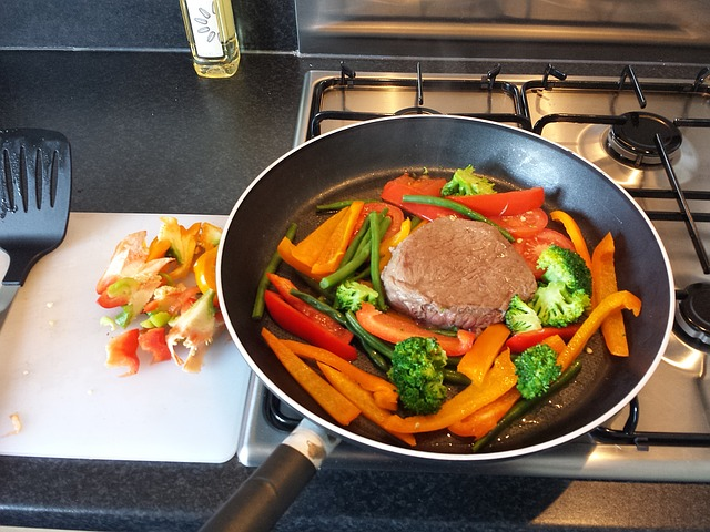 Fettabbau Ernährungsplan: Foto von einer Pfanne mit einem Rindersteak und Gemüse.
