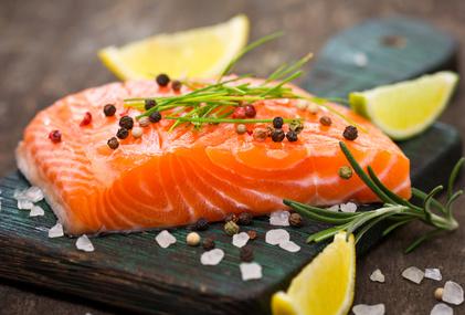 Kohlenhydratfreie Lebensmittel: Foto von einem Fisch der Sorte Lachs.