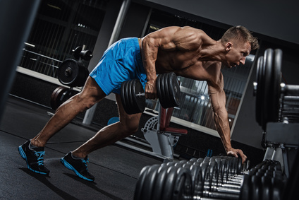 Krafttraining mit Kurzhanteln: Foto von einem Mann Bei der Rücken-Übung Bankziehen.