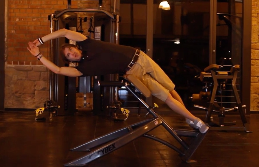 Seitliche Bauchmuskeln: Foto von einem Mann bei einer Bauchübung an einem Gerät.