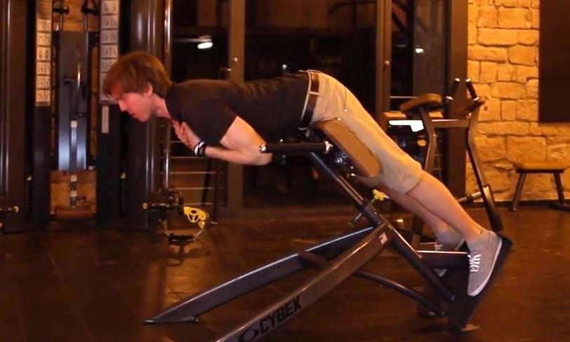 Übungen unterer Rücken: Foto von einem Mann bei der Rücken-Übung Rückenstrecken mit Kurzhantel.