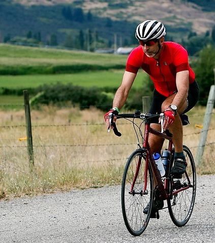 5 kg abnehmen ohne Diät: Foto von einem Mann beim Fahrrad fahren.