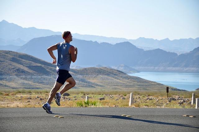 5 Kilogramm abnehmen ohne Diät: Foto von einem Mann beim Joggen.