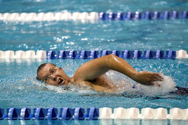 5 Kilo abnehmen ohne Diät: Foto von einem Mann beim Schwimmen.
