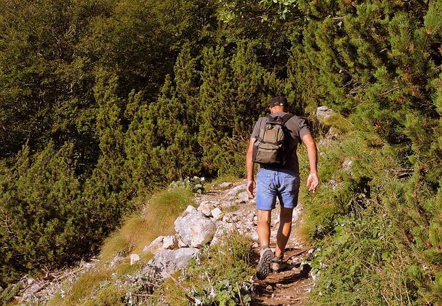 5 Kilogramm abnehmen ohne Diät: Foto von einem Mann beim Wandern.