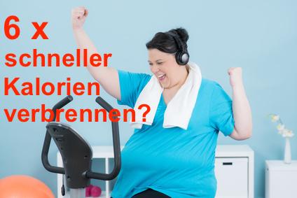 6-mal schneller Kalorien verbrennen: Foto von einer dicken Frau auf dem Fahrrad-Ergometer die Spaß hat.