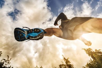 Foto von einem Jogger von unten mit Sicht auf die Sohle mit Flexkerben.