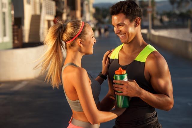 Abnehmen Tipps und Tricks: Foto von einem Mann und einer Frau mit Spaß am Sport beim Joggen.