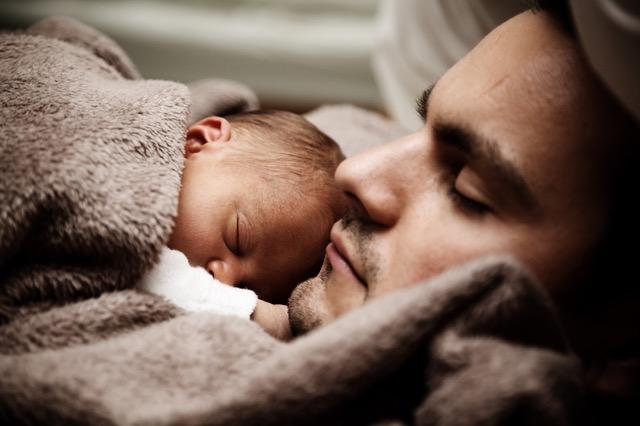 Abnehmen Tipps und Tricks: Foto von einem Mann und einem Baby beim ausschlafen.