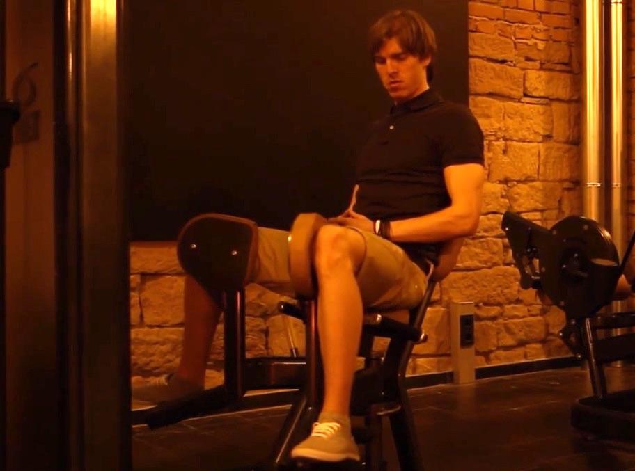 Adduktoren Training: Foto von einem Mann beim Adduktoren-Training am Gerät.