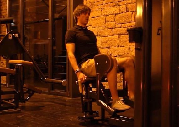 Adduktoren und Abduktoren: Foto von einem Mann beim Abduktoren-Training am Gerät.