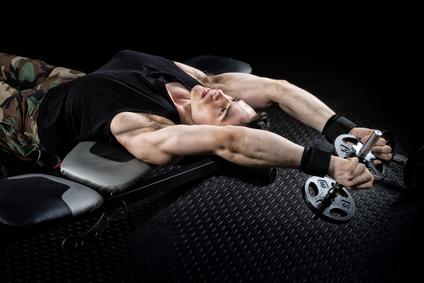 Bankdrücken Kurzhantel: Foto von einem Mann bei der Brust-Übung Pull-Over.
