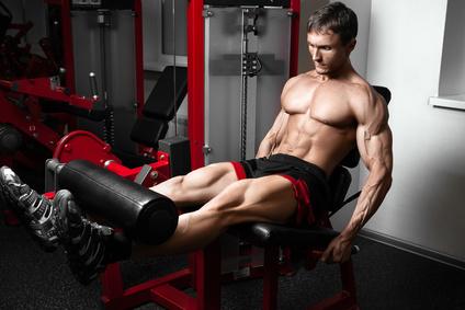 Beinstrecken: Foto von einem Mann bei der Bein-Übung Beinstrecken am Gerät.