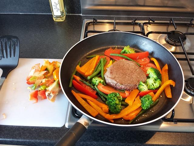 Ernährung umstellen: Foto von einer Pfanne mit Gemüse und magerem Fleisch zum selbst kochen.