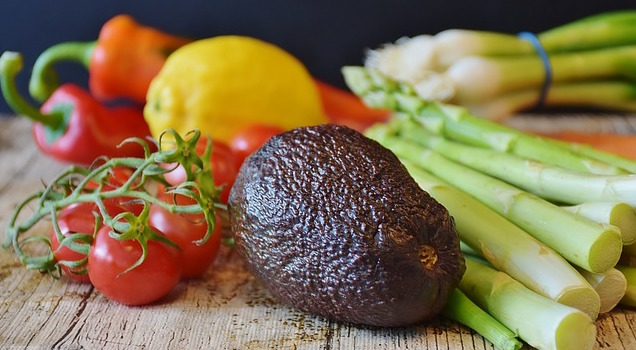 Ernährungsplan Fettabbau: Foto von verscheidenen Gemüsesorten wie Avocado, Spargel, Paprika und Tomaten.