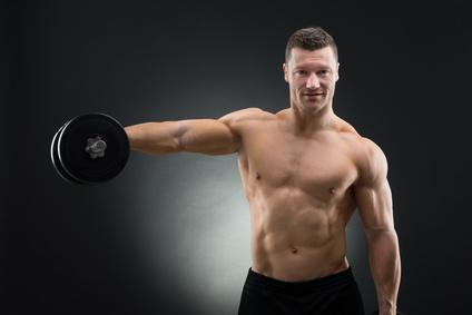 Foto von einem Mann bei der Schulter-Übung Frontheben mit Kurzhanteln.