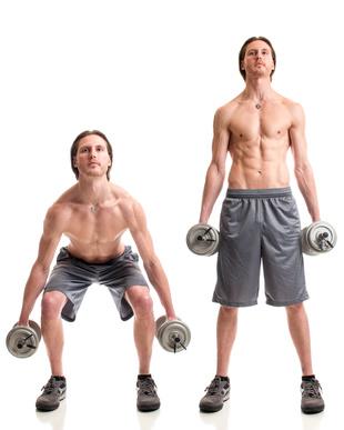 Ganzkörpertraining Übungen: Foto von einem Mann bei der Bein-Übung Kniebeugen mit Kurzhanteln.