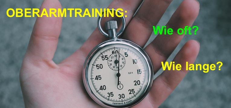 Oberarm-Training wie oft? Wie lange? Foto von einer Stoppuhr in einer Hand.