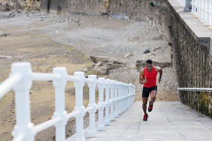 Schnell Kalorien verbrennen: Foto von einem Mann bei der Intervall-Übung Treppensprints.