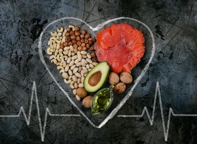 Sixpack Ernährungsplan: Foto von den gesunden Fetten wie Fisch, Nüsse, Avocado und Olivenöl.