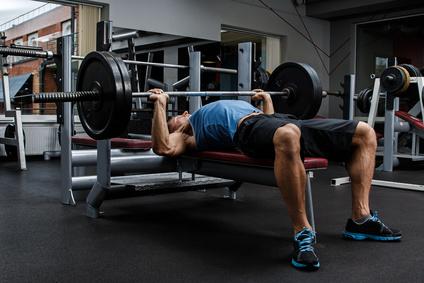 Testosteron natürlich steigern: Foto von einem Mann beim Ganzkörperkrafttraining.