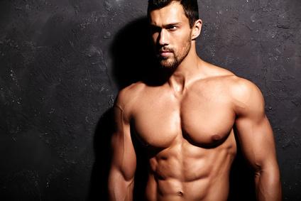 Testosteron natürlich steigern: Foto von einem attraktiven und muskulösen Mann.