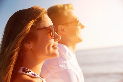 Testosteronmangel was tun: Foto von einem Mann und einer Frau in der Sonne beim Vitamin D tanken.