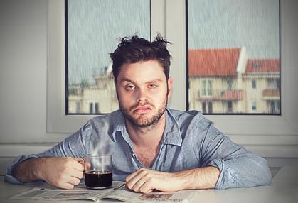 Testosteronmangel was tun: Foto von einem müden Mann mit wenig Schlaf.