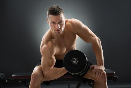 Armmuskeln aufbauen: Foto von einem Mann bei der Bizeps-Übung Konzentrationscurls.