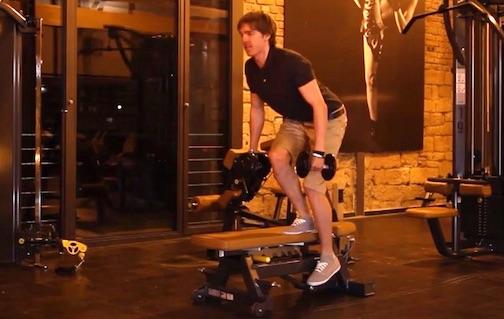 Beinbizeps Training: Foto von einem Mann bei der Übung einbeinige Kniebeuge mit Kurzhanteln.