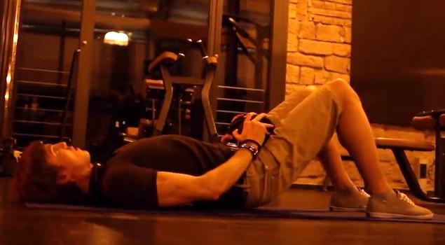 Beincurls zuhause: Foto von der Bein-Übung Beckenheben mit Kurzhanteln für Fortgeschrittene.
