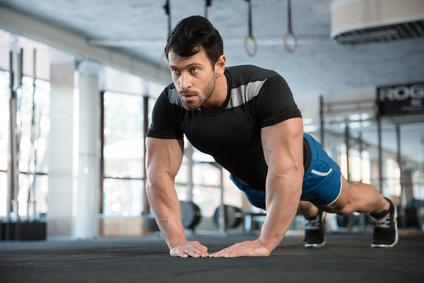 Brustmuskel trainieren ohne Geräte: Foto von der Übung Diamant Liegestütze.
