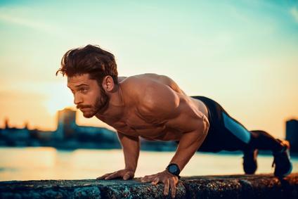 Brustmuskel trainieren ohne Geräte: Foto von der Übung enge Liegestütze.