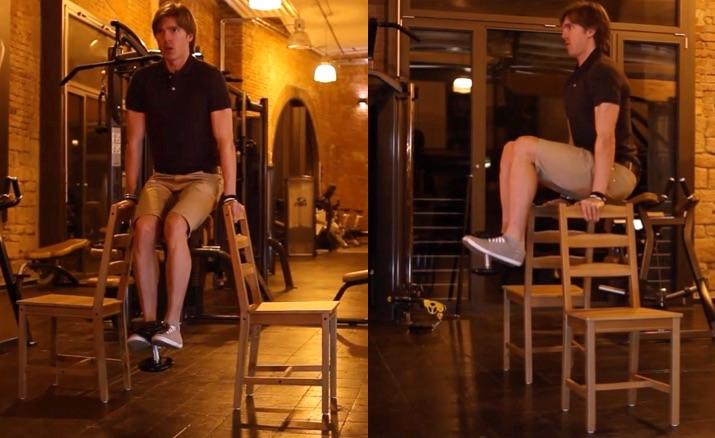 Die besten Bauchmuskelübungen: Foto von der Bauch-Übung Knieheben mit Stühlen.