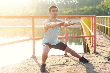 Gluteal Muskulatur: Foto von der Übung seitlicher Ausfallschritt für Anfänger.