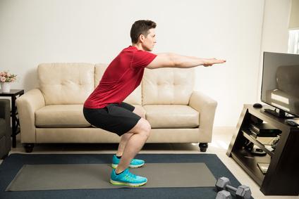 Gluteus maximus trainieren: Foto von der Übung Kniebeugen ohne Gewicht.
