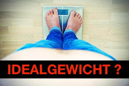 Idealgewicht ausrechnen: Foto von einem Mann mit dickem Bauch auf einer Waage.