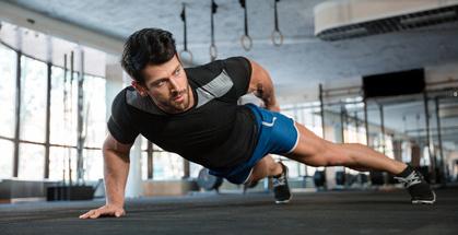Liegestützen Weltrekord: Foto von einem Mann bei der Übung einarmige Liegestütze.