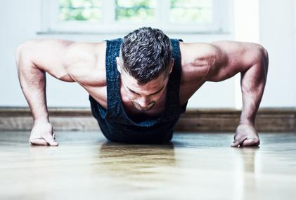 Liegestütze Weltrekord: Foto von einem Mann bei der Übung Liegestütze auf Fäusten.