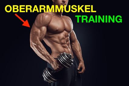 Foto von einem Mann beim Oberarmmuskel Training.