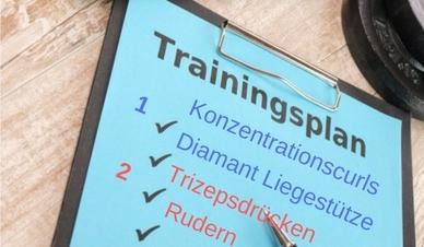 Oberarm Muskeln trainieren wie oft? Foto von einem Trainingsplan.