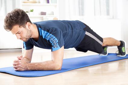 Oberkörpertraining ohne Geräte: Foto von einem Mann bei der Ganzkörper-Übung Unterarmstützen.