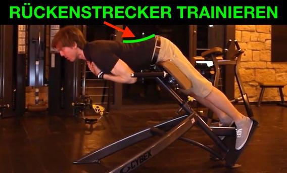 Rückenstrecker trainieren: Foto von einem Mann bei der Rücken-Übung Rückenstrecken am Gerät.