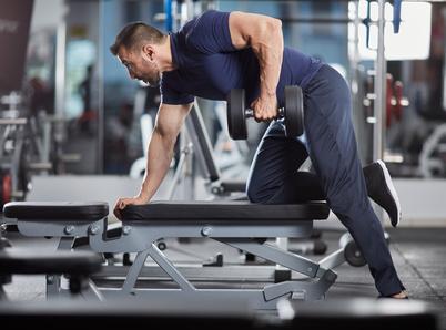 Übungen zum Rückenmuskulatur stärken: Foto der Übung einarmiges Rudern mit Kurzhantel.