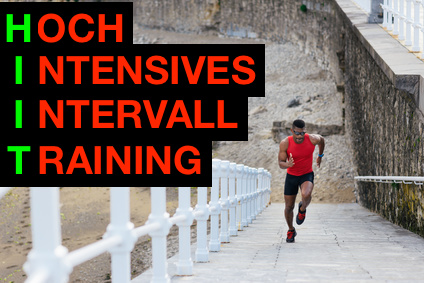 Bauchmuskeltraining jeden Tag: Foto von einem Mann bei Treppensprints für ein HIIT Workout / hochintensives Intervalltraining.