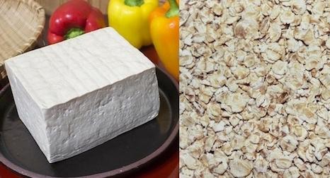 Eiweißquellen: Foto von Tofu und Haferflocken.
