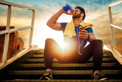 Effektive Bauchübungen im Büro: Foto von einem Mann beim Treppen steigen mit Bauch anspannen.